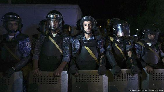 Hispantv: Choques entre manifestantes y Policía #armenia dejan 60 heridos https://t.co/tLuMeQlDeR https://t.co/qY0FjfZb0p