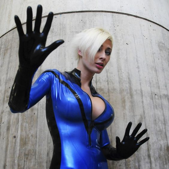 Character: The Invisible Girl (aka Sue Storm Richards) / From: MARVEL Comics 'The Fantastic Four' / Cosplayer: Marie-Claude Bourbonnais