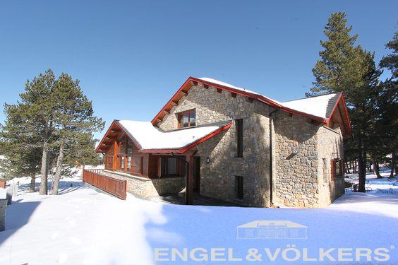 Casa a pie de Pista Llarga en la estación de esquí de La Molina, Cerdanya ! En venta por Engel&Völkers !  VENDIDA