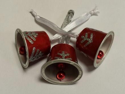 Les 3 clochettes constituées chacune d'une capsule de café,d'un ruban et de perles qui font tinter la cloche. La clochette est rouge ornée de morceaux de flocons argents. Les - 11828819