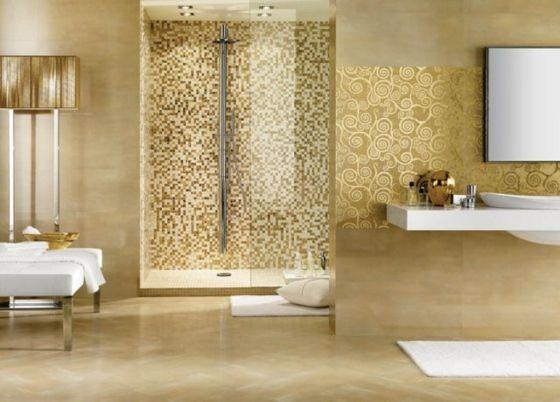 großes Badezimmer mit goldenen Akzenten und Duschkabine
