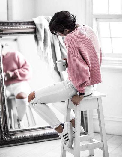 Un look de week-end avec un skinny blanc et un pull loose rose