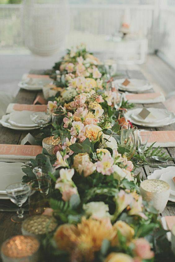 Chemin De Table Bien Fourni En Fleurs Et En Verdure Avec Un Peu De