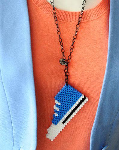 Un colgante de cuentas perler en la forma de una zapatilla. Tiene dos capas de granos: la capa frontal y la trasera. Juntos son fijos. Longitud 12 cm.