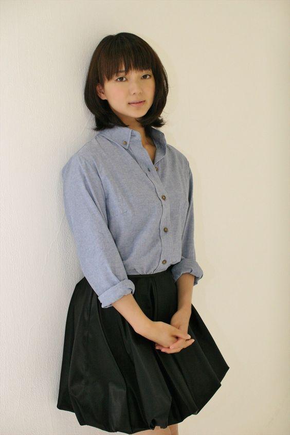 ブルーのブラウスに黒いフレアスカートをはいた多部未華子の画像