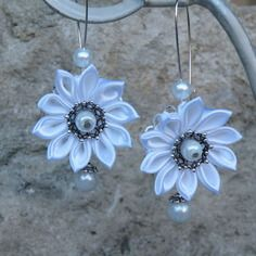 Boucles d'oreilles dormeuse fleurs kanzashi satin blanc