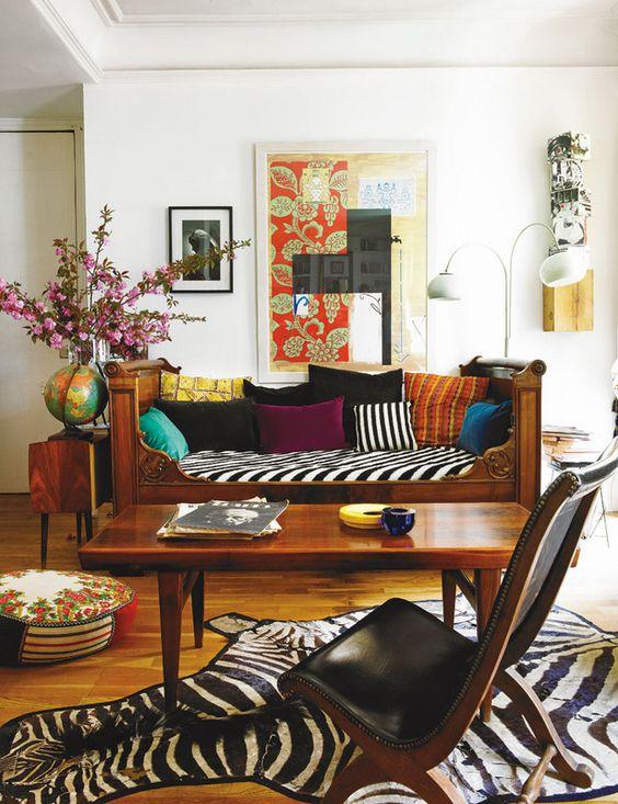 La pieza más llamativa del salón es el sofá (era una antigua cama) con colcha, de Antennae, y cojines, de Nobilis, Antennae y MCH. La alfombra es un regalo, el puf, de Làpety, y la obra de la pared, de Juan Giralt