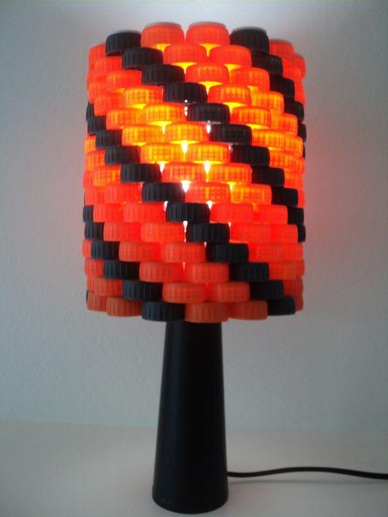 Luminária com tampinhas de garrafa