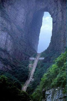 """As Portas do Céu , Tianmen Mountain, China. """"São 7 milhas de caminhada / escalada para chegar ao Portão do Céu. Mas se você fizer a viagem , então você vão ao que dizem os chineses ' o mais próximo Landmark, Terra a Deus'. Para aqueles que não tem medo de alturas , eles tem um teleférico que é considerado o mais longo passeio de cabo no mundo. Uma distância de 7455m e 1279m de  altura. Mas assim que você chegar ao topo você ainda tem que subir os degraus para chegar a """" porta do céu'."""