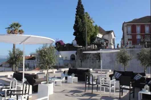 Localizado num dos locais mais privilegiados e emblemáticos da capital, com vista panorâmica sobre o Tejo e os característicos telhados de Alfama, este restaurante, num espaço que é também esplanada,