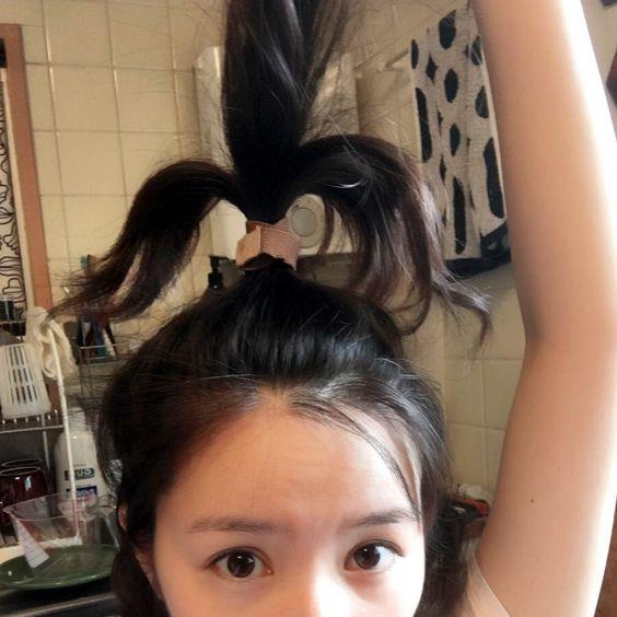 髪の毛を縛る徳永えり