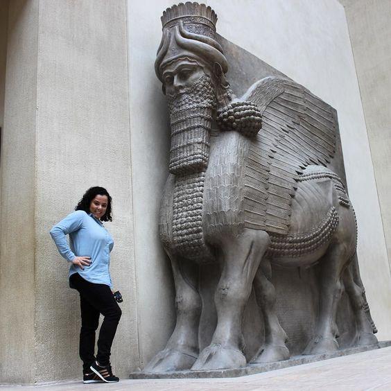 Fazendo pose de blogueira aqui no Louvre porque já desisti de fazer a entendida de arte e história. Quantos likes eu mereço minha gente? #paris #france #louvre #famous  #europa #eurotrip #turistando #ferias #viagem #viaje #viajar #trip #travel #patriciaviaja