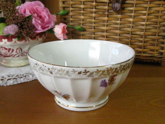 [Vintage French cafe au lait bowl(Limoges)]フランスから届いたリモージュ製の上品な小花のデザインのカフェオレボウルです。側面には、ゴールドと小花のブーケの絵柄とふちにはゴールドのリーフラインがあります。ボウルの内面の底の小花のブーケのポイントがなんともかわいらしいです。裏には、リモージュの印は入っています。