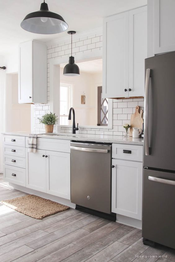 Electrodomésticos metalizados en cocinas blancas