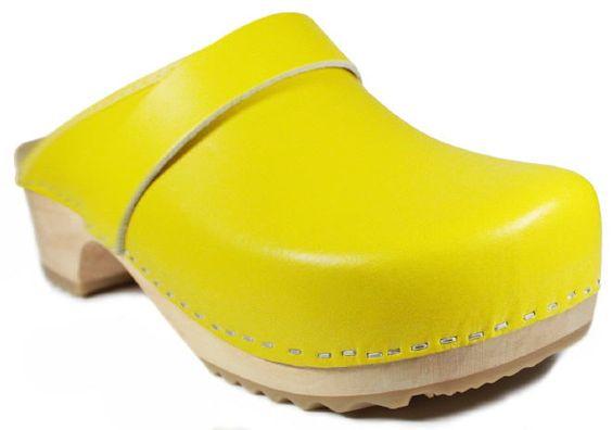 Gelbe Holzclogs sind zurzeit voll im Trend. Sie lassen sich vielseitig kombinieren und zu nahezu jeder Gelegenheit tragen.