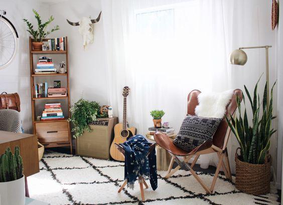 Tapis berbère blanc, plantes, luminaire sur pied laiton, applique murale et fauteuil <3