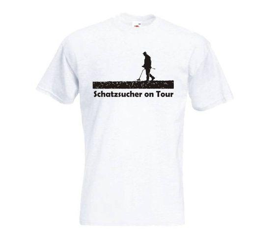 T-Shirt Schatzsucher on Tour  T-Shirt Schatzsucher on Tour, mit Sondengänger und Metalldetektor. Das Sondengänger T-Shirt ist in den Größen S-XXL erhältlich. Auf dem Sondler T-Shirt ist ein Sondengänger abgebildet. / mehr Infos auf: www.Guntia-Militaria-Shop.de