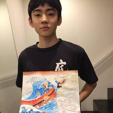 底力で書き上げた作品を手にする八代目市川染五郎のかっこいい画像