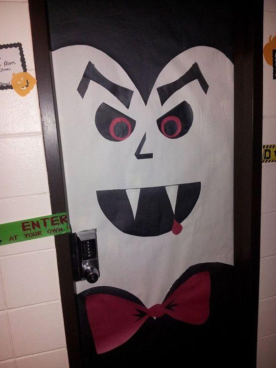 My vampire door for the decorating contest in the dorms for Imagenes puertas decoradas halloween