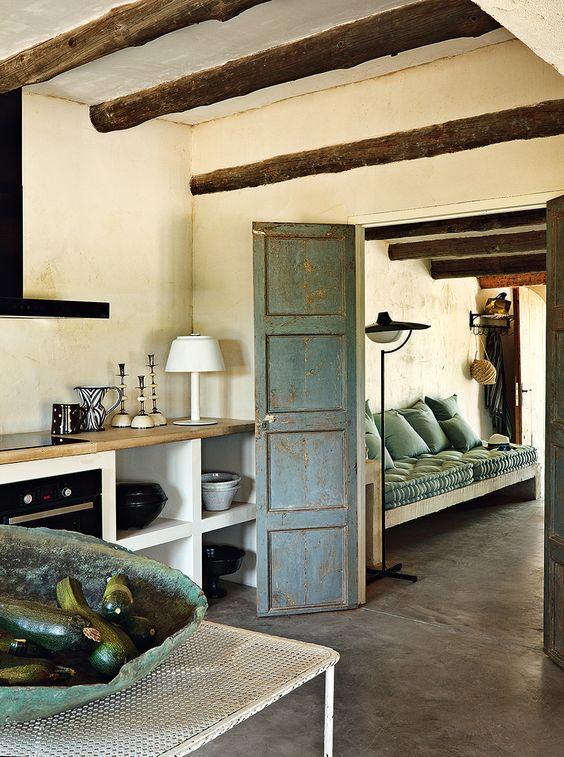El anticuario Serge Castella convirtió una cabaña abandonada en el paraíso de una pareja. En Pals, entre olivos centenarios, sus recuerdos de niño fueron la clave para llenar de belleza el espacio.: