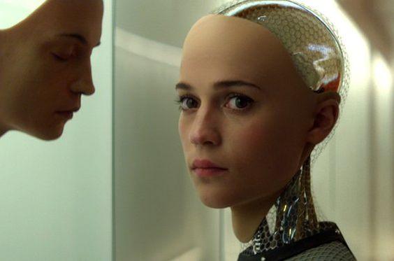 ソノヤ・ミズノがロボット役に扮している綺麗な画像