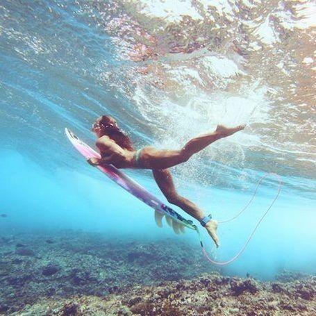 海の中の女性サーファー