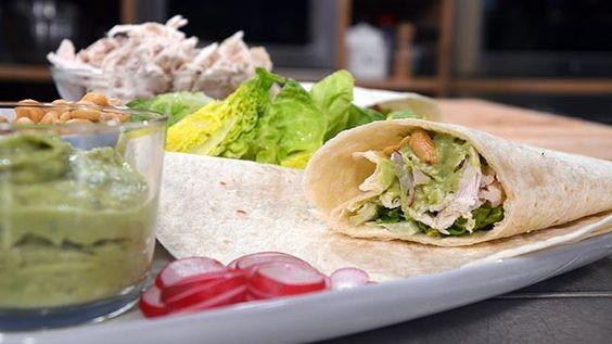 Volkorenwraps met gepocheerde kokoskip, knapperige slablaadjes, radijs en Aziatische guacamole - recept | 24Kitchen
