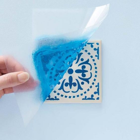 Como fazer stencil. O stencil, ou estêncil, é uma técnica de arte contemporânea utilizada para reproduzir uma imagem de forma simples, recorrendo a um corte ou perfuração de um material (metal, papel, papelão ou outro) q...