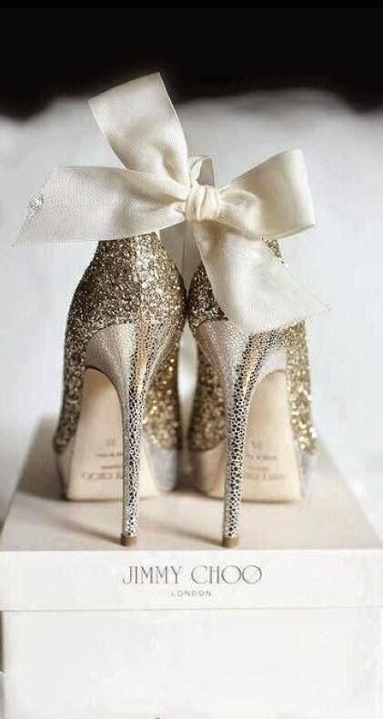 Für alle, die den besonderen Schuh suchen: ein winterlich glizernder, goldiger Traum von Jimmy Choo. #weihnachten #gold jimmy choo
