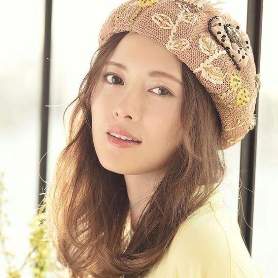 可愛い帽子を被った白石麻衣