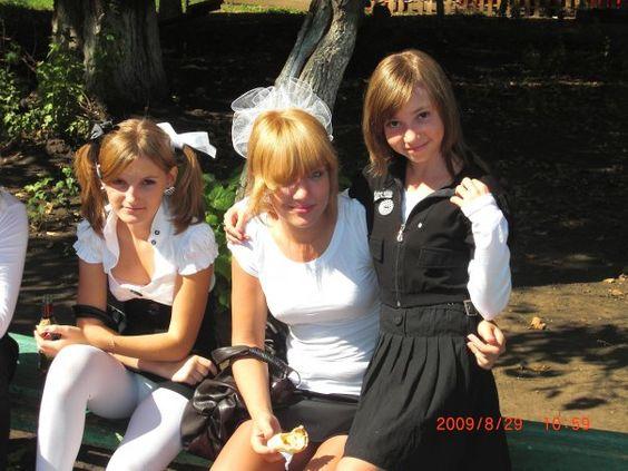 Девочка с бантиками засветила белые колготки под мини-платьем