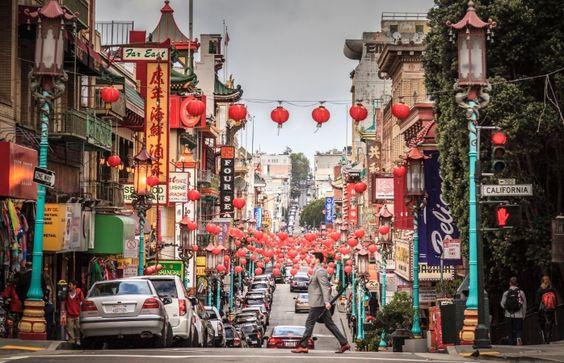 Um homem anda do outro lado da rua na Chinatown de São Francisco.