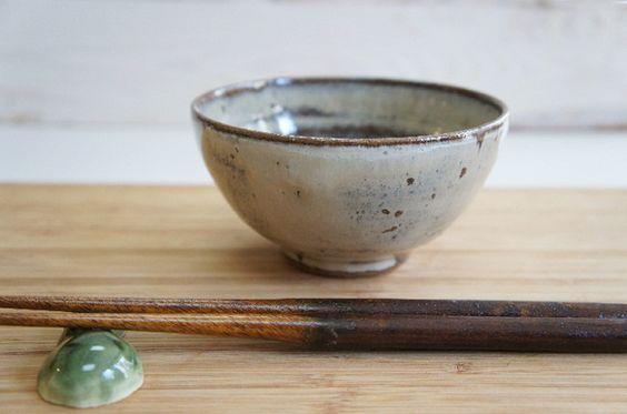 ご飯のおいしくいただけるご飯茶わんです。赤津という土を使って焼きました。外側に自然と出たドット柄が可愛く、内側の釉薬の濃淡も楽しめます。少し丸いフォルムは手に...|ハンドメイド、手作り、手仕事品の通販・販売・購入ならCreema。