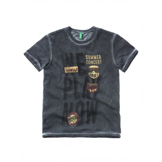 Camiseta de algodón cuello redondo, manga corta con estampado y parche frontal. Efecto lavado. Ideal para un look casual.