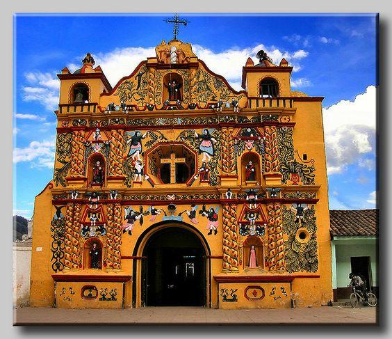 La Iglesia de San Andrés de Xecul es una triste historia de contrastes, tanto en el interior y el exterior. Situado en la ciudad de Xela, la iglesia es un legado duradero del colonialismo en Guatemala, y un ejemplo de los ojos saltan de sincretismo en el cristianismo latinoamericano...