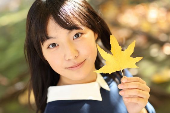 黄色い紅葉を持った駒井蓮