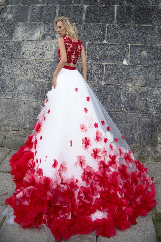 Robe de mariée princesse rouge et blanche à pétals