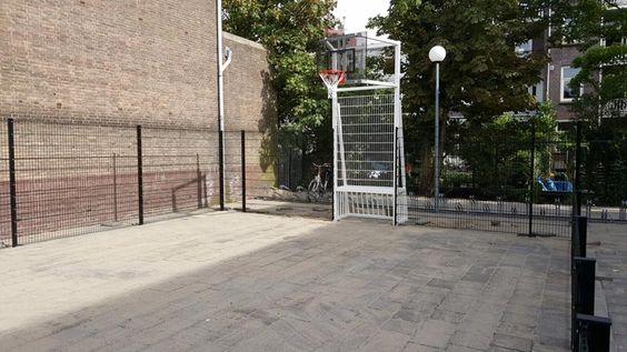 Voetbalkooi met basketbal. Deze staat bij de Amsterdamse school.