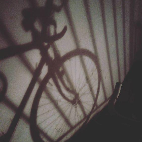 Una reja... El amante perfecto de tu bicicleta... A grid... The Perfect lover of your bike... #love #bike #grid