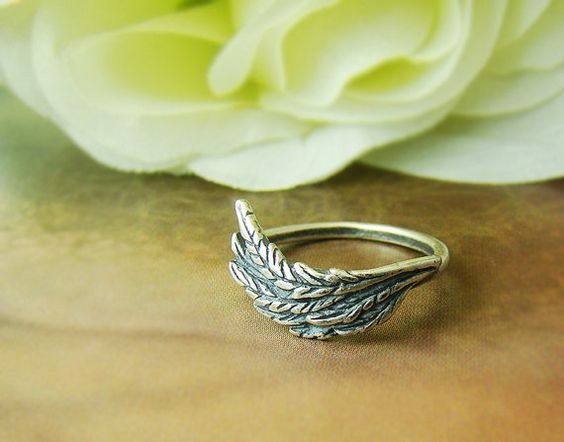 Hey, I found this really awesome Etsy listing at https://www.etsy.com/listing/174577278/tiny-leaf-feather-knuckle-ring-retro