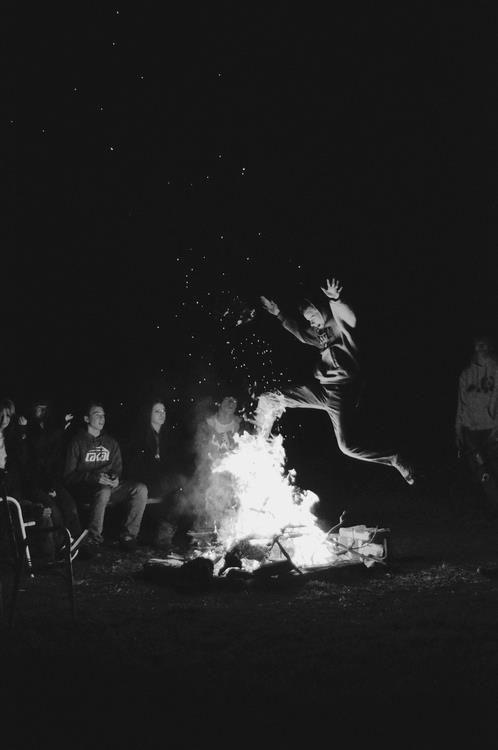 También nosotros bailaremos y contaremos nuestras batallas entorno a las hogueras que encendamos y nos sean convidadas!