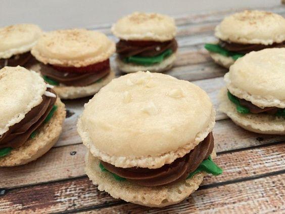DIY-Anleitung: Mini-Burger-Macarons backen via DaWanda.com