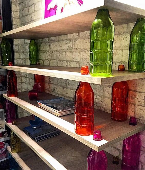Uma estante feita com prateleiras em MDF e garrafas de vidro coloridas! Uma idéia diferente e que deu muito certo, principalmente por estar no Estúdio do Publicitário! Criatividade da dupla Octavio Miranda e Sherlon Navega para o Morar Mais Rio! Inspiração @amearquitetura #olioliteam