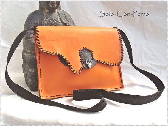 Schultertasche, Rindleder mit Applikation aus Lederpatch und Tibet-Silber-Anhänger by Solo-Con-Perro