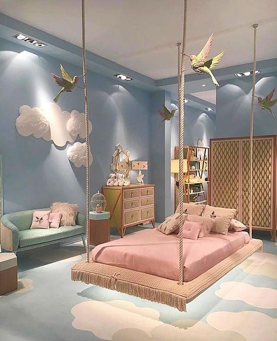 Pura Inspiração!  Fiquei encantada com esse quarto as cores os detalhes o tema... Mas acho que essa cama flutuante só funcionaria na teoria quem colocaria uma criança pra deitar nessa cama?! rs  E vocês o que acharam?! Apostariam numa cama dessas no quarto das crianças?!
