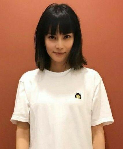 Tシャツを着る柴咲コウ