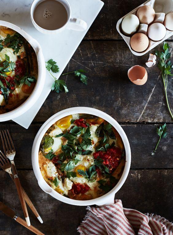 Eier aus dem Ofen: mit Ziegenkäse und Harissa.