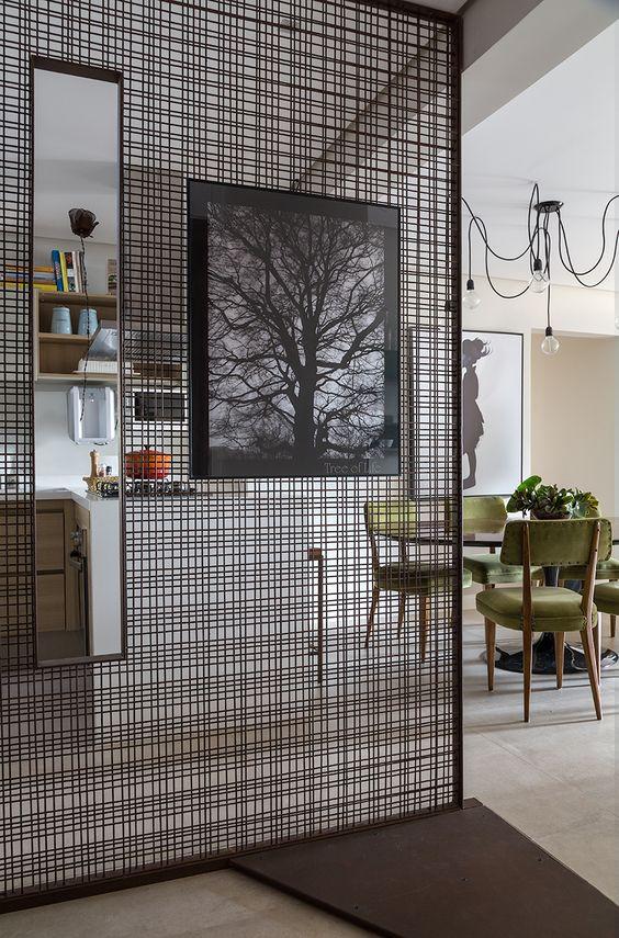 Os quartos também combinam marcenaria planejada para melhor aproveitamento do espaço e detalhes que dão a cara de cada moradora.