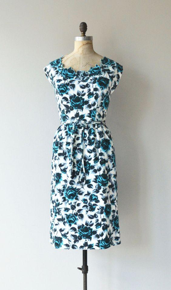 Vintage jaren 1950 Saks Fifth Avenue katoenen pique schede jurk met uitsparing floral hals, mouwen van het GLB, uitgerust taille met bijpassende touw riem en metalen terug rits.  ---M E EEN S U R E M E N T S---  past zoals: kleine Bust: 36-37-inch Taille: 27 Hip: 41 lengte: 41.5 merk/maker: Saks Fifth Avenue voorwaarde: uitstekend  om te zorgen voor een goede pasvorm, lees de gids van de grootte: http://www.etsy.com/shop/DearGolden/policy  Meer vintage ✩ jurken ✩…