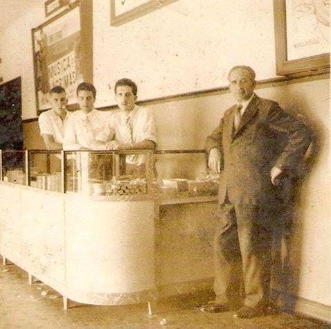 """1957 - Foto tirada dentro do Cine Ypê, na """"Bomboniere"""" como era chamada, no bairro do Tremembé. Acervo particular de Wande M.Rossi, onde na foto aparecem seu tio e seu avô."""